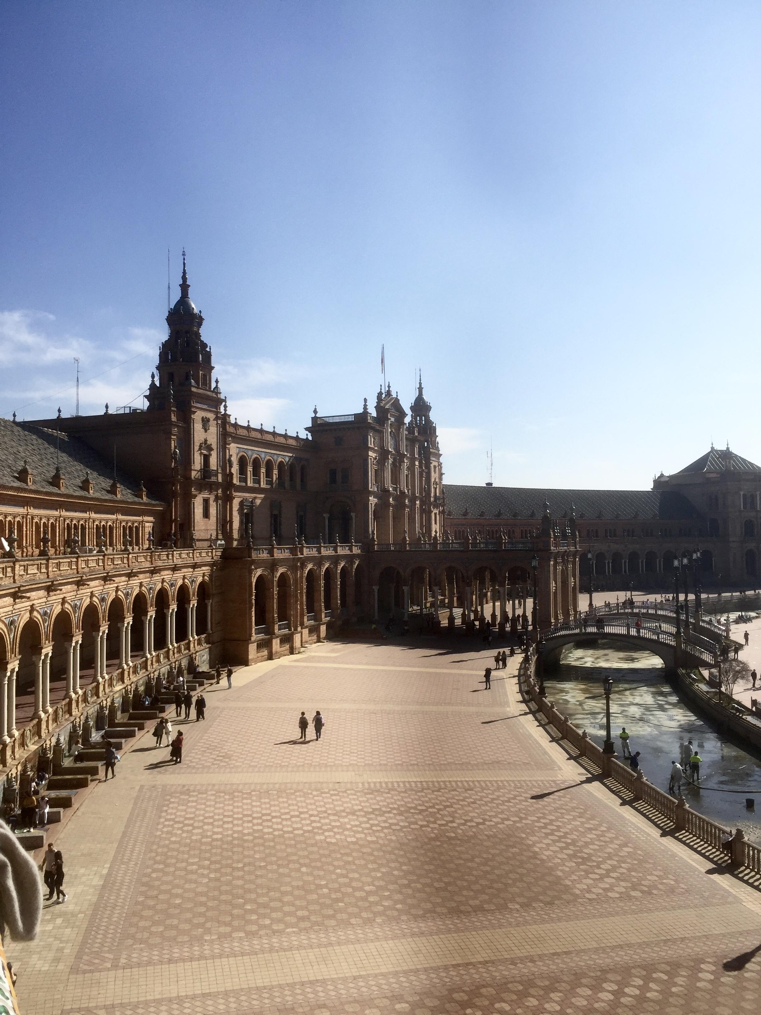 Le Palais, quant à lui, symbolise l'unité politique de l'Espagne.