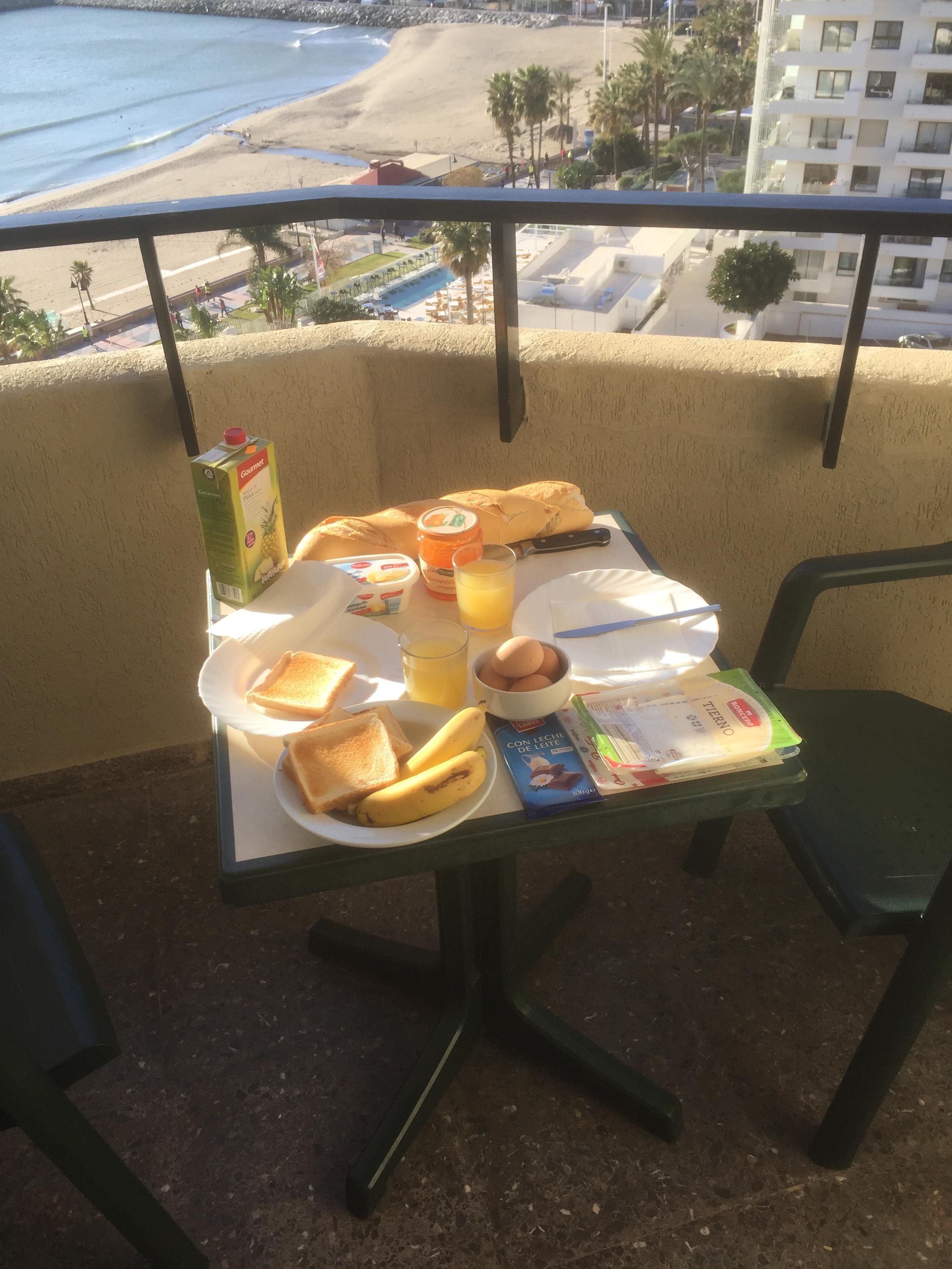 Le petit-déjeuner est servi sur le balcon...